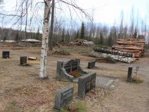 Hautausmaan takaosaan tulee uusia hautapaikkoja. Traktorivajan taakse tulee uusi parkkipaikka 5 autolle.