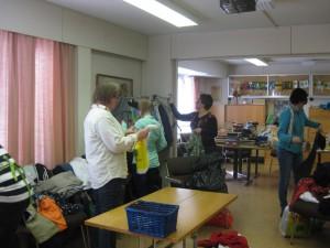 Jäppilän Marttojen puheenjohtaja Sirpa Ylönen (vas), Kirsi Putkonen ja Sanna Pohjolainen lajittelevat vaatteita.