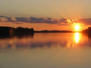 Aurinko laskee Ruuhilammen Purulahdella