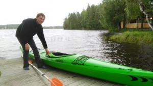 Ari Huovinen meloi kanootilla järven takaa katsomaan elokuvaa.