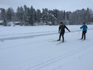 Eero ja Aija Lappi hiihtävät Ahvenlammen jäällä.