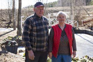 Veikko ja Leila Koukonen hoitavat kotinsa pihaa yhdessä.