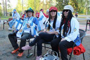 Ilpo Valta, Ritva Valta ja Leila Jokiniemi saapuivat seuraamaan peliä jo hyvissä ajoin.
